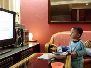 Pediatras voltam a alertar sobre relação entre excesso de TV e obesidade infantil
